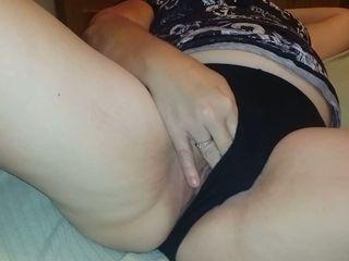 Mature mom rubbing wet throbbing vagina in amateur clip