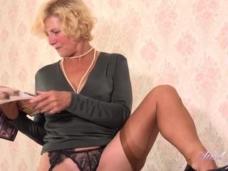 Bombshell Molly humps Herself firm - vag rubbin'
