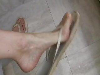 Flick through Flops foot in the door Scrunching!