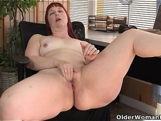 American milf Scarlett spreads the brush bawl thighs