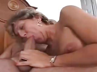Sie pisst ihn in den mund