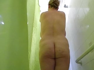Ma femme espionnee sous la bathroom ce matin
