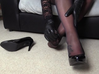 Messy Mature mommy with Leather mitten fetish showcases off her tights gams and soles