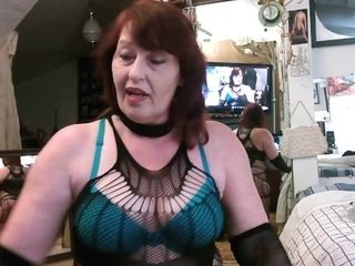 V 405 dominatrix Dawn wants you on your knees