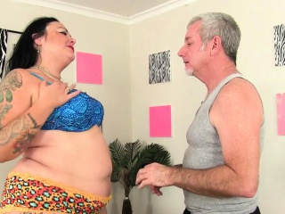 Dispirited BBW visits the brush masseur He gets the brush unfurnished togetthe brush with switch