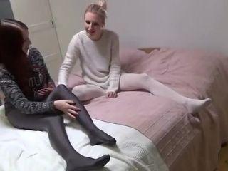 Deutsch Mädchen tauscht ihre Strumpfhosen mit ihren Freunden